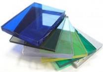 Монолитный поликарбонат - сплошной полимерный лист, напоминающий силикатное стекло, имеет толщину от 0,75 до 40 мм. Поликарбонатный монолитный лист состоит из одного или нескольких слоев. Верхний (внешний) слой может иметь глянцевую, матовую или шершавую поверхность, второй - блокировать ультрафиолетовое излучение, а третий обеспечивать всей конструкции высокую прочность.